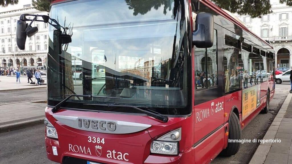 8 giovani hanno pestato di botte un autista di un bus ieri notte. Identificato e denunciato un 17enne, caccia agli altri aggressori per tutta Roma (Foto Creative Commons/Kaga tau)