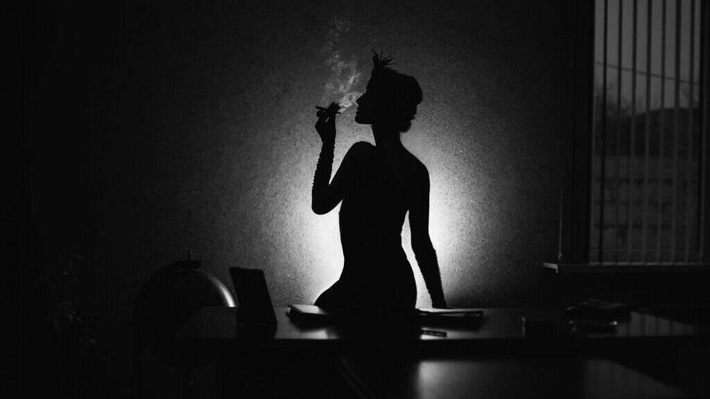 una donna su sfondo nero