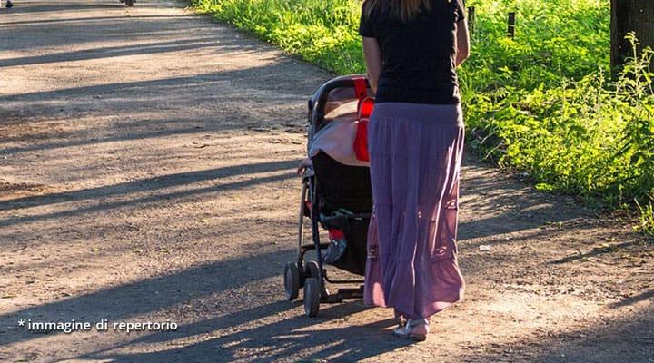 gambe di donna con carrozzina