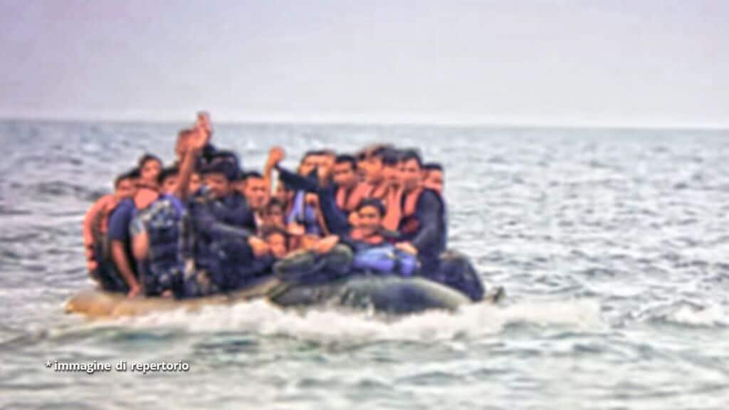 barchino con a bordo migranti