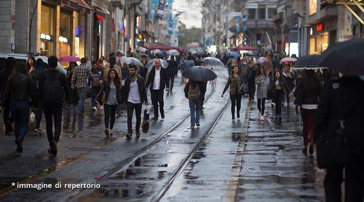 persone con ombrelli