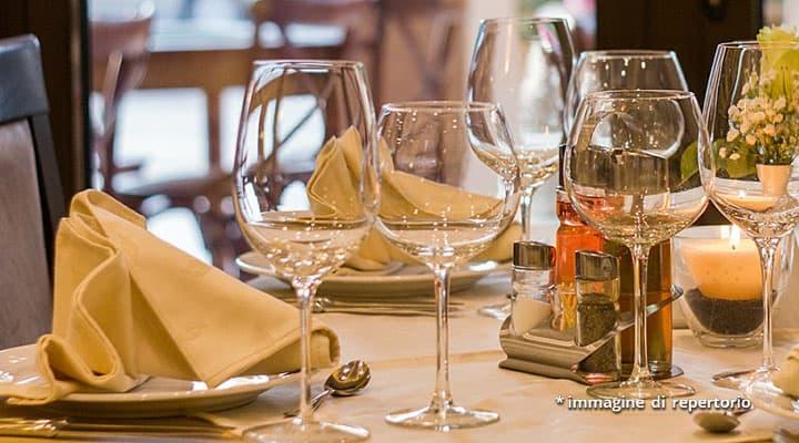 piatti e bicchieri in ristorante