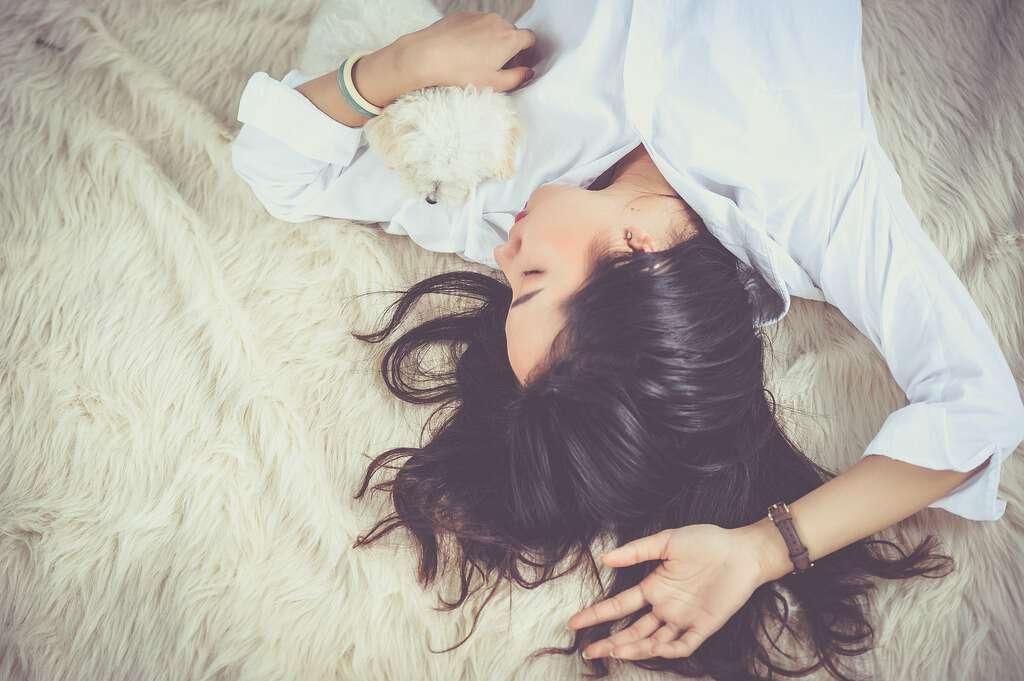 ragazza sdraiata mentre dorme