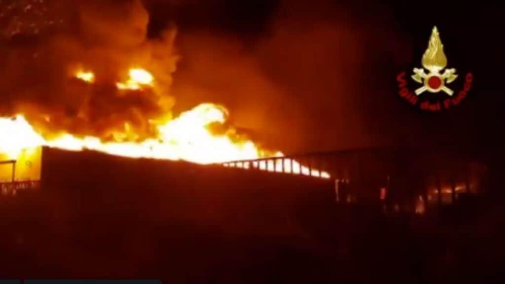 l'incendio nell'azienda di smaltimento pneumatici a Battipaglia