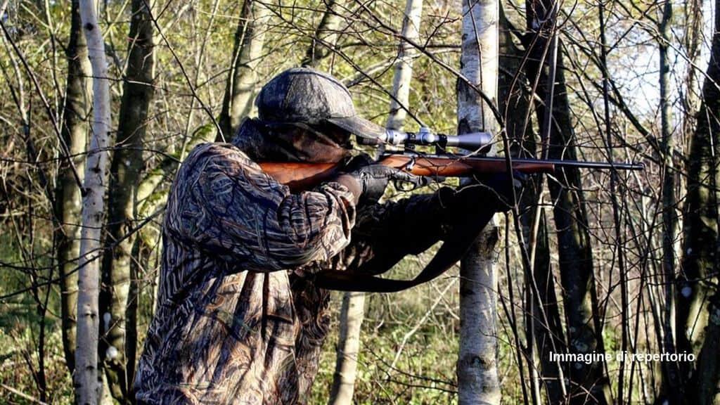 Nel Salernitano, un uomo ha sparato al padre 55enne durante una battuta di caccia, scambiandolo per un cinghiale. L'uomo è morto poco dopo per la ferita. Doppia denuncia per il figlio cacciatore (Immagine di repertorio)
