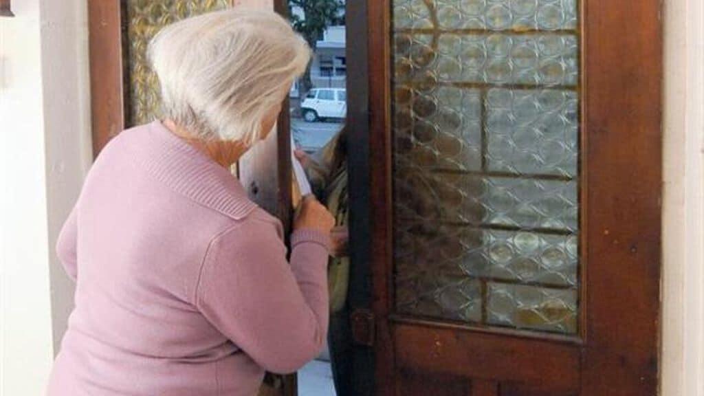 signora che socchiude la porta