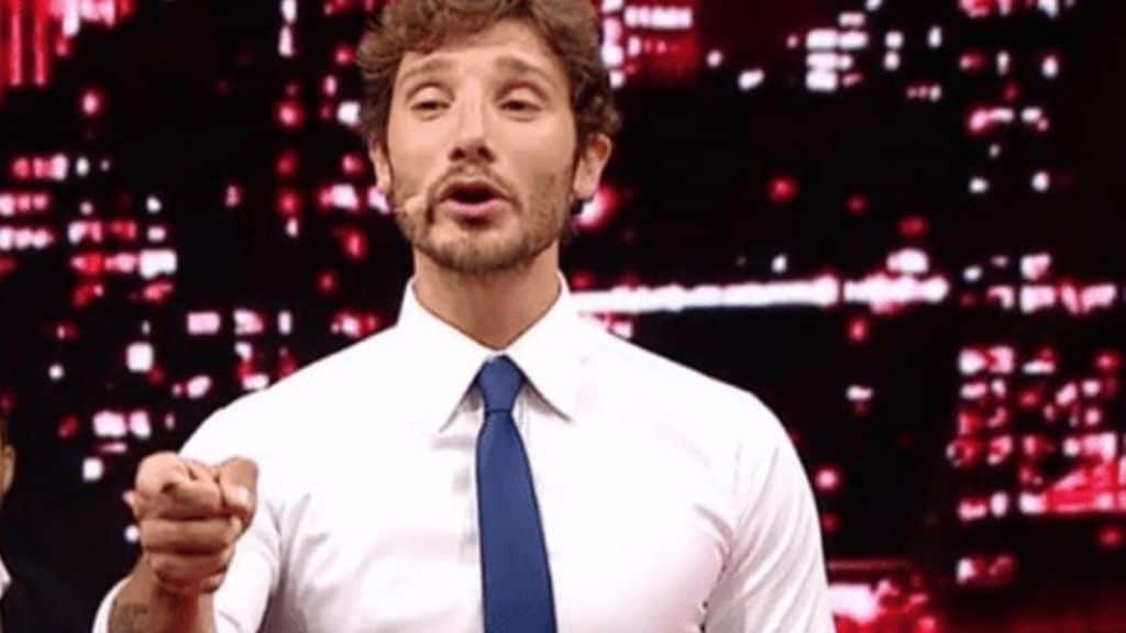 stefano de martino mentre conduce