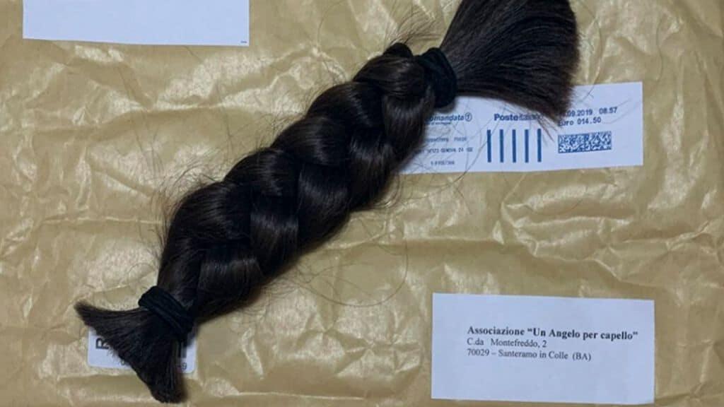 una treccia di capelli sopra una busta