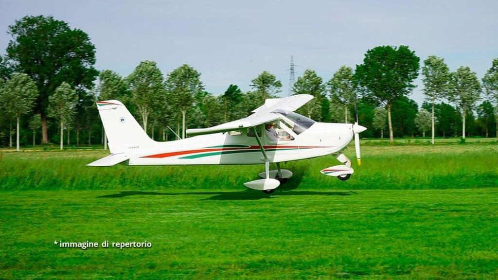 aereo ultraleggero in pista