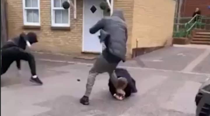 uomo morde gamba