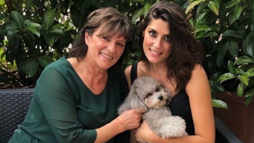 Irma Sarale e Elisa Isoardi su un divanetto in giardino