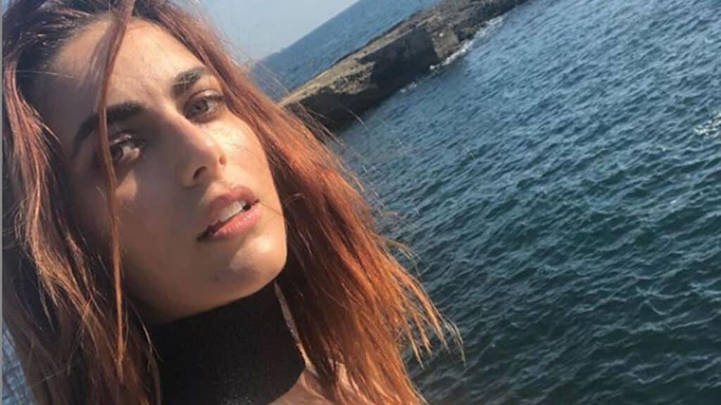 Miriam Leone di profilo al mare
