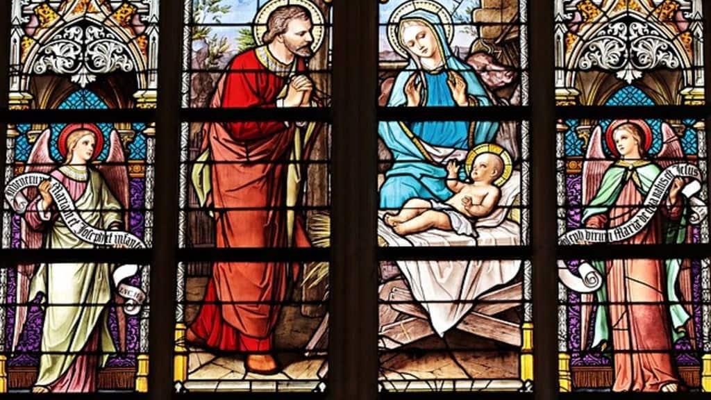 vetrata di una chiesa con raffigurati i santi