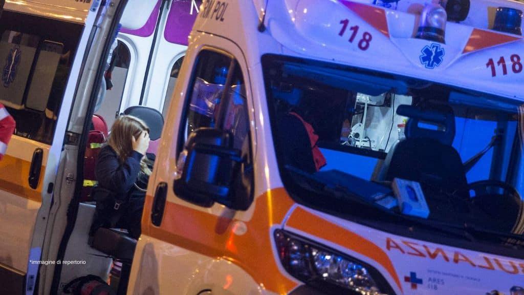 un'ambulanza con una persona a bordo