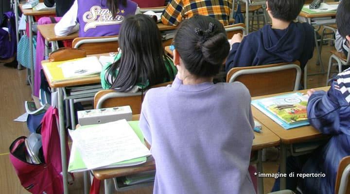 bambini ai banchi di scuola