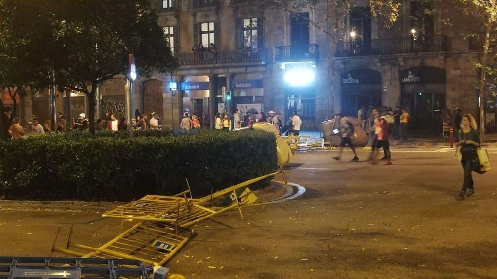 scontri tra polizia e manifestanti a Barcellona