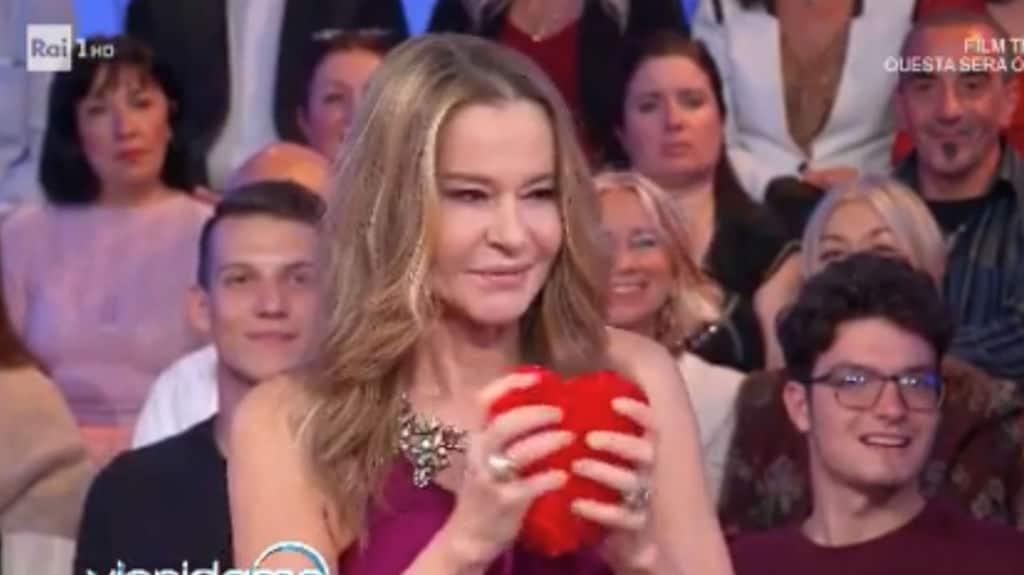 Eva Robin's con un cuore di peluche in mano