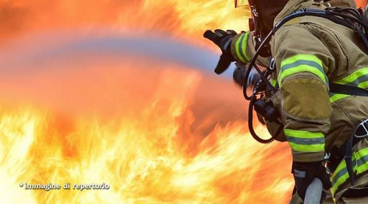 fiamme e vigile del fuoco