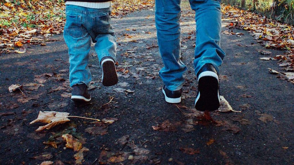 gambe di bambini che camminano per strada