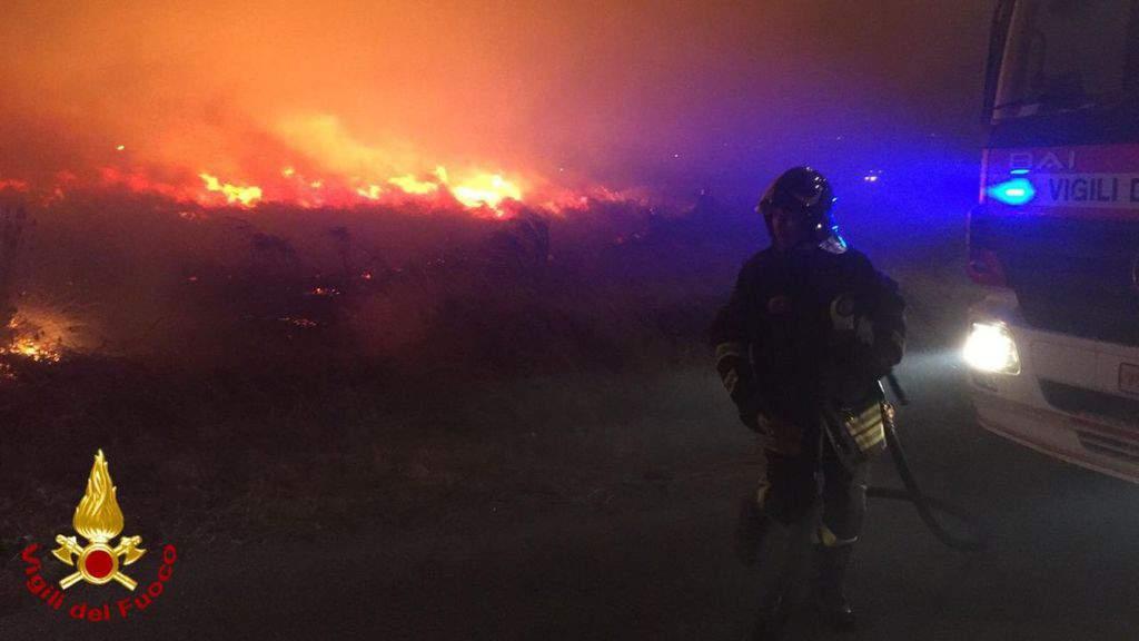 incendio a bosa e un vigile del fuoco
