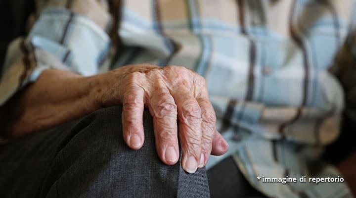 mano anziano