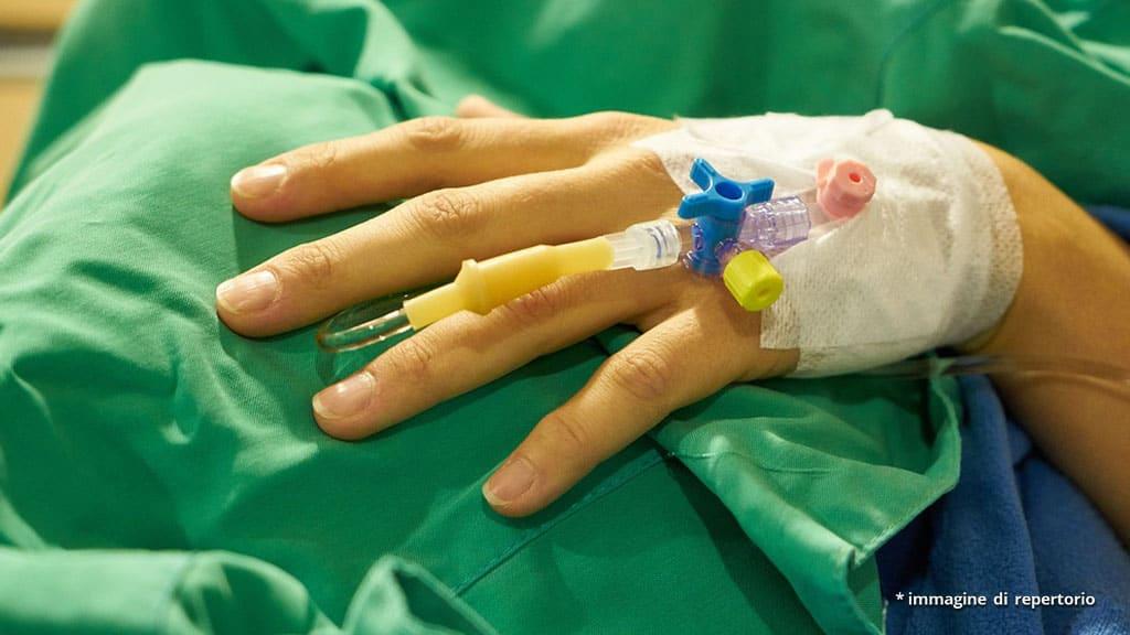 mano di donna con flebo