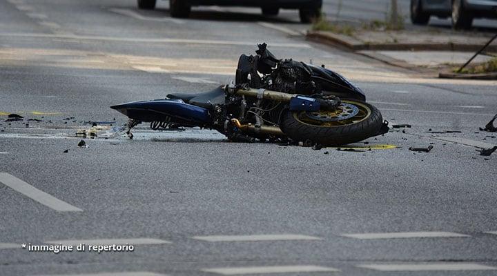 moto distrutta sull'asfalto dopo un incidente
