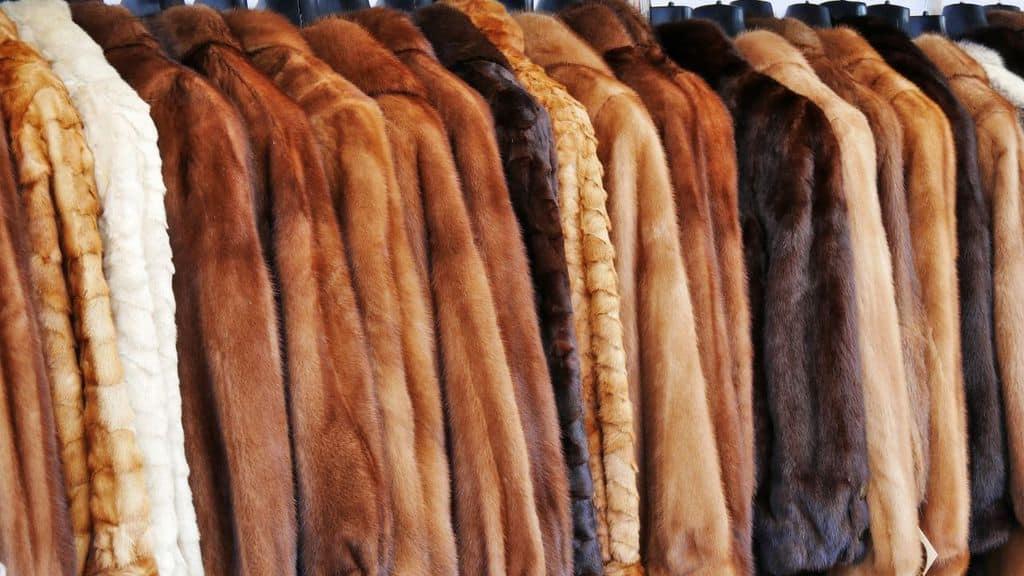 delle pellicce su stampelle