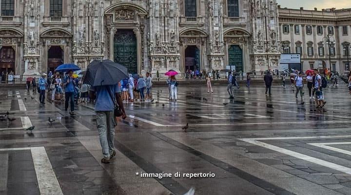 persone con l'ombrello in piazza