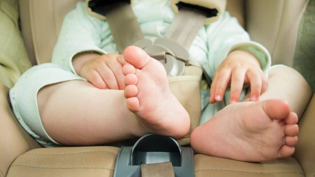 piedi di un bimbo nel seggiolino in auto