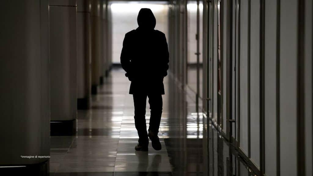 un uomo che cammina in un corridoio