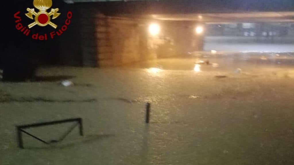 acqua allaga una strada