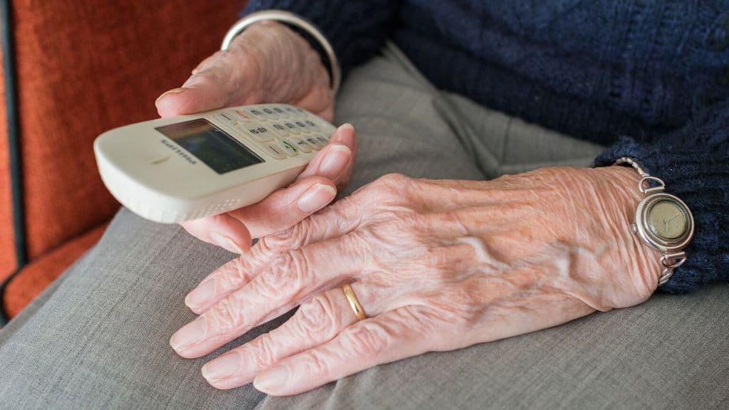 anziano con un telefono in mano