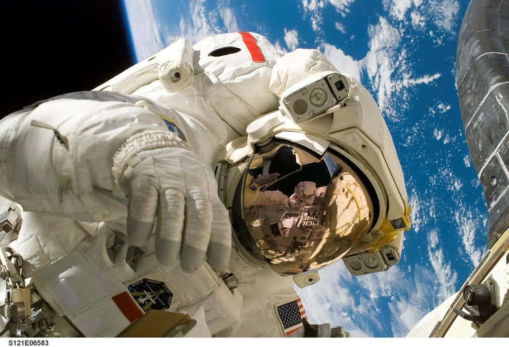 astronauta in orbita nello spazio