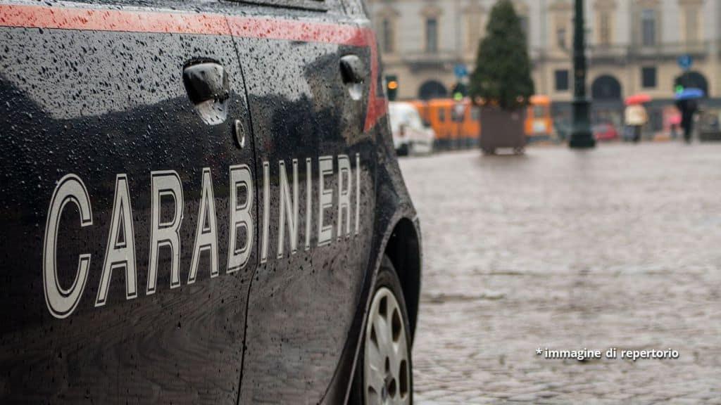 auto dei carabinieri sotto la pioggia