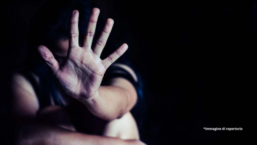 bambino con una mano mentre si nasconde