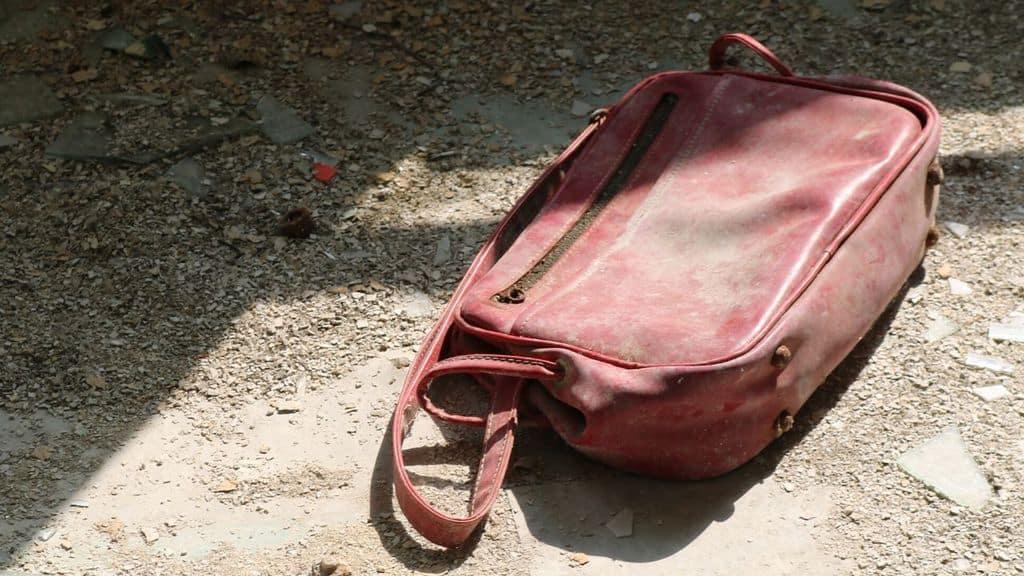 borsa abbandonata per terra