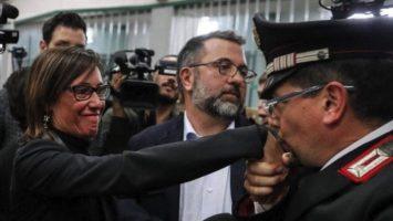 carabiniere bacia la mano di Ilaria Cucchi che sorride