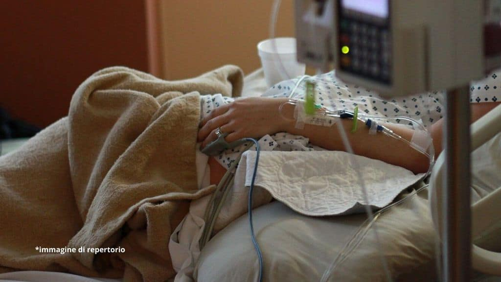 braccio di una donna nel letto di ospedale
