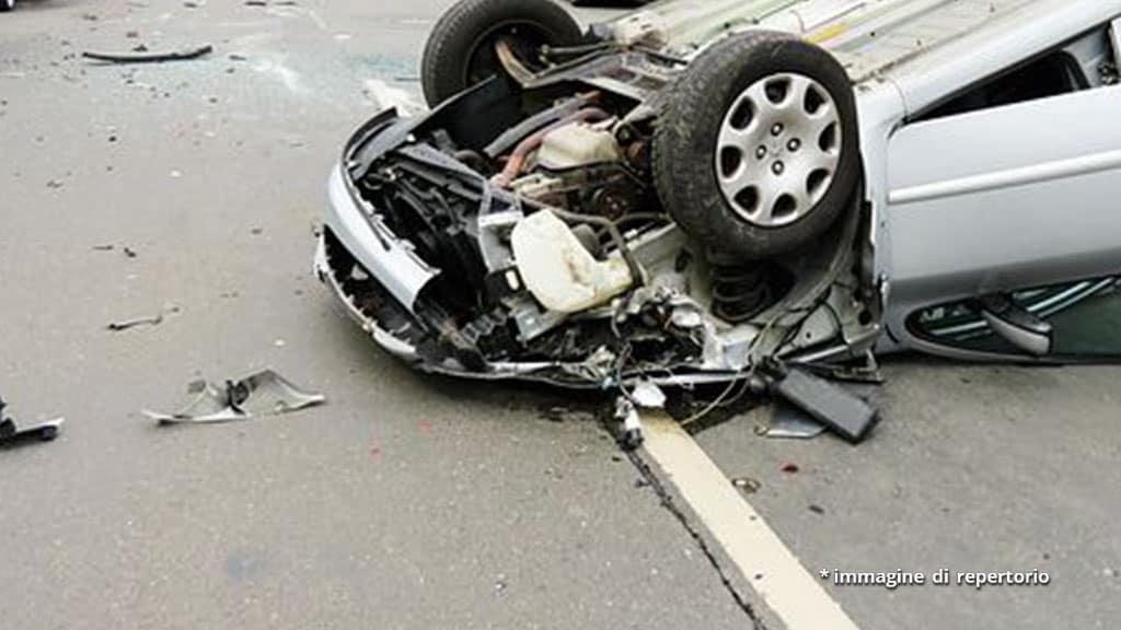 ruota di auto rovesciata sulla strada