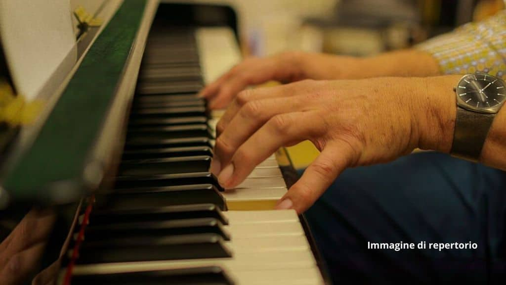 Gli asportano un tumore al cervello mentre suona il piano