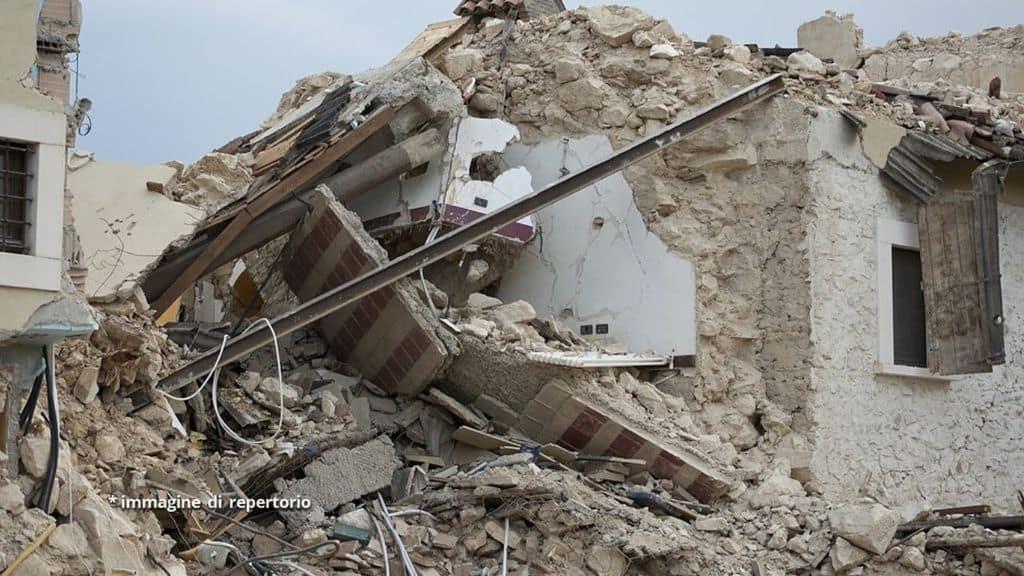 macerie dopo scossa di terremoto