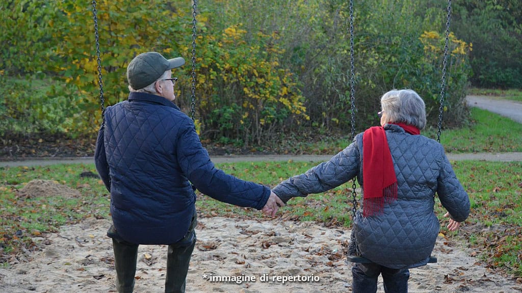 uomo e donna su altalene