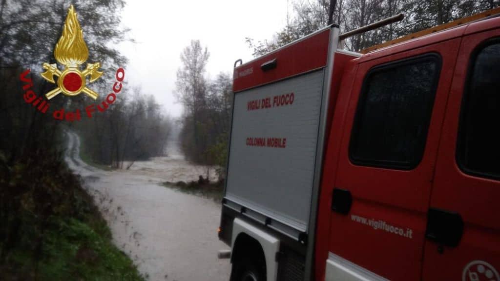 camion dei vigili del fuoco in una zona di emergenza maltempo