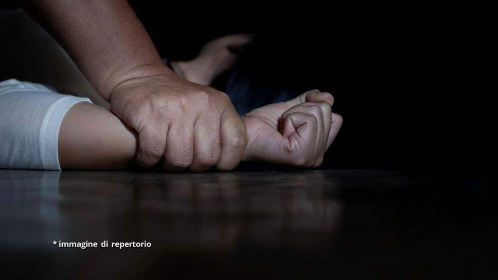 giovane donna vittima di violenza sessuale
