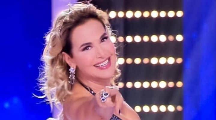 """Barbara d'Urso sorprende i fan con un """"topless da urlo"""": lo scatto mozzafiato della conduttrice"""