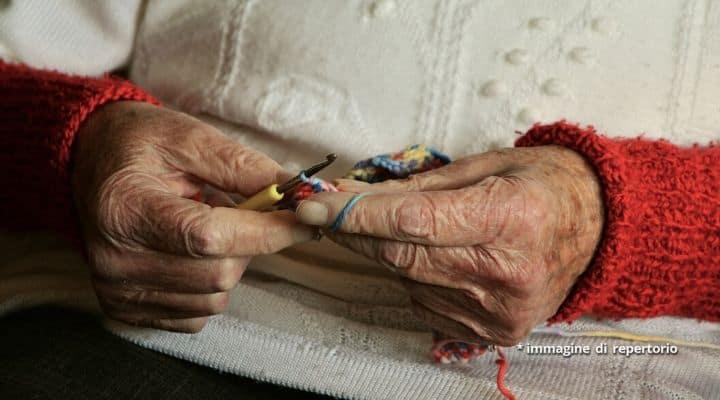 Anziana lavora a maglia