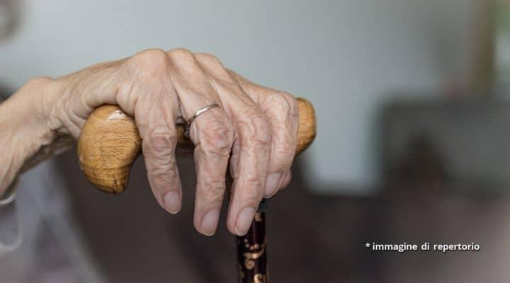 Mano di un'anziana signora