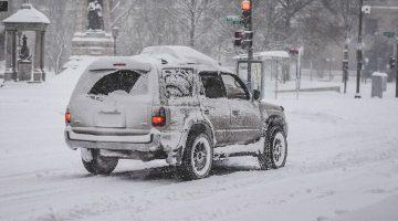 Strada con auto e neve