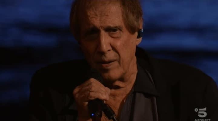 adriano celentano col microfono in mano